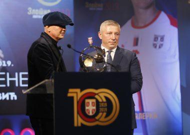 THE BEST COACH   THE 2019 GOLDEN BALL TO SINIŠA MIHAJLOVIĆ (VIDEO)